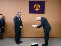 上田裕一・事故調査委員会委員長(左)から調査報告書を受け取る平塚浩士・群馬大学長(右)