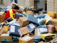 荷物を路上で仕分けするのが中国流。これで紛失しないほうがおかしい