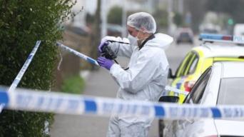 イギリスの民家で男女の遺体を発見。科学捜査班も出動し物々しい騒ぎとなったが警察は「説明不能」いったい何が?