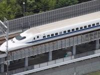 大阪で震度6弱の地震、線路上に停止した東海道新幹線の車両(写真:毎日新聞社/アフロ)