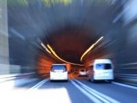 もし高速のトンネル内で車両火災事故に遭遇したら?(shutterstock.com)