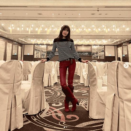 工藤静香、赤の革パンツ&ロングブーツ姿に「足長すぎ!」「超絶スタイル」の声