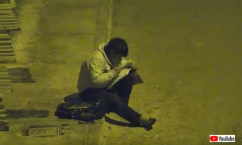 監視カメラに不審人物が!?警察が映像を確認したところ、そこには街灯の明かりを利用して宿題をする少年の姿が(ペルー)