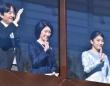 2018年1月2日、 皇居での新年一般参賀における、(左より)秋篠宮文仁親王、同妃紀子、そして眞子内親王。(写真:AFP/アフロ)