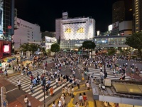 渋谷のスクランブル交差点(「Wikipedia」より)