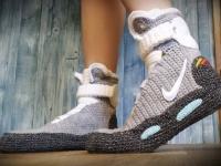 バック・トゥ・ザ・フューチャーにでてくる未来靴をニットで編んだルームシューズが大好評販売中だって!