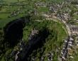 恐怖の絶景ポイント。巨大穴の断崖絶壁の縁に建つフランス、ボズールの古代の町