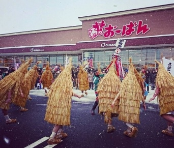 雪が舞う中で行われた加勢鳥の奇習(写真は、上山市観光物産協会提供)