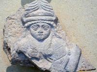 シュメール文明の神を描いた石碑 画像は「Wikimedia Commons」より