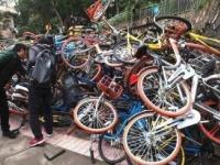 利用者によってうず高く積まれた自転車。壊れるはずである