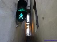 人がすれ違えないほど狭いので信号が設置された、チェコ・プラハで一番細い道