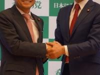 代表選で大串議員と握手する玉木新代表(撮影・横田一)