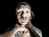 首つり自殺か、自殺偽装の絞殺かは、なぜわかるのか?(shutterstock.com)