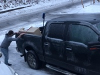 全ては娘の為。凍結した路面と格闘を繰り広げながら車からおままごとキッチンセットを運び出すど根性父親(アメリカ)