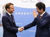 G20での安倍晋三首相(右)とフランスのエマニュエル・マクロン大統領(左)(写真:代表撮影/AFP/アフロ)