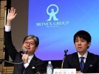 マネックスグループ・松本大社長兼CEO(左)とコインチェック・和田晃一良社長(写真:つのだよしお/アフロ)