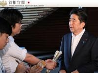 北朝鮮のミサイル発射を受けてトランプ大統領と緊急の電話会談を行った安倍首相(「首相官邸 HP」より)