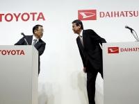 トヨタ自動車・豊田章男社長(左)とダイハツ工業・三井正則現社長(右)(ロイター/アフロ)