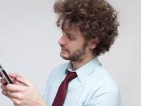 1日中全く見ない人も! 社会人が仕事中にLINEをチェックする頻度は?