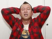 頭を抱えるバイきんぐ西村瑞樹 撮影:飯酒盃 智明