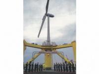 2013年7月、風車「ふくしま未来」の実験開始にあたり集まった関係者(楢葉町役場提供)