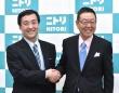 ニトリホールディングスの白井俊之社長(左)と似鳥昭雄会長(右)(写真:東洋経済/アフロ)