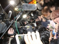 15年1月、東京・下北沢でのライブ後に報道陣やファンに囲まれる山本圭壱