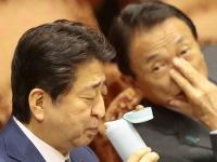 安倍晋三首相(左)と麻生太郎副総理(右)(写真:日刊現代/アフロ)
