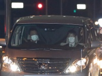 釈放される清原和博被告を乗せた車(写真:Motoo Naka/アフロ)