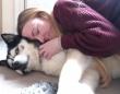 寒い夜だから…愛犬にハグしてほしい!お望みならいつだって抱っこさせるぜ!なハスカミュート