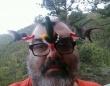 すごい絵面だけどヒゲメンの夢叶う。ハチドリに囲まれたくてメガネにプチ餌台を装着、作戦成功!(アメリカ)