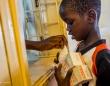 ウガンダのMSF病院でHIVの治療薬をもらう男の子