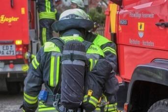 シャワー中に緊急警報!頭にシャンプーをつけたまま出動する消防士