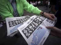 9月15日、北朝鮮の弾道ミサイル発射を伝える読売新聞の号外(写真:AP/アフロ)