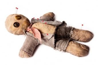 イラっとしたら刺す!上司のブードゥー人形が職場の士気を高めることが判明(カナダ研究)