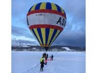 熱気球で遊ぶ外国人ファミリー(富良野)