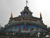 曇天の「東京ディズニーランド」エントランス