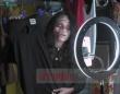亡くなった人の遺品の衣類をゾンビ姿で売る女性(タイ)