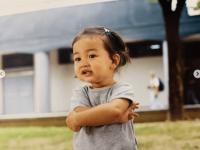 ※幼い頃のジヒョ。画像はTWICEの公式インスタグラムアカウント「@twicetagram」より