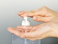 洗い流さない「手の除菌剤」は安全か?(shutterstock.com)