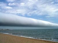 ウルグアイのリゾート地、プンタ・デル・エステのロール雲 画像は「Wikipedia」より