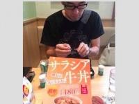 外食時、自身の血糖値を測定する亀川寛大医師(facebookの「亀ドクの「血糖値が上がらないお店、メニュー」ー全国共通」より)