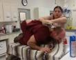 病院嫌い、荒ぶる猫にどう対応していけばいいのか?獣医が猫に扮して体を張ってそのテクニックをレクチャー