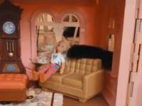 誘拐犯は猫。ドールハウスの人形に忍び寄る魔の肉球