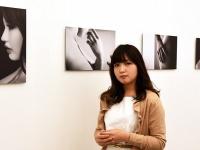 画像:菅実花と彼女の作品