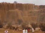 """サウジアラビアで起こった自然現象""""砂の滝""""が美しい!まるで映画のCGみたい"""