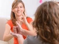 同じ英語でもアメリカとイギリスで手話は異なる(depositphotos.com)