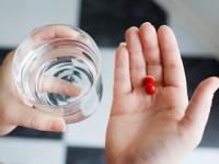 特定の指示のない限り、薬はコップ1杯の水で(shutterstock.com)