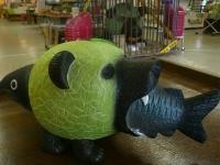 メロン熊貯金箱(鮭バージョン)(画像は北海道物産センター夕張店公式サイト