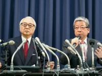 長門正貢社長(左)と横山邦男取締役兼日本郵便社長(Rodrigo Reyes Marin/アフロ)